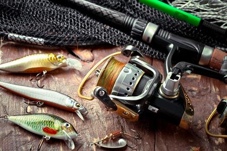 Accessoires de pêche dans la composition sur la table