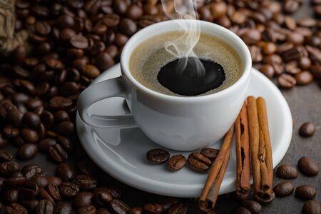 Café dans une tasse et une soucoupe sur un fond ancien.