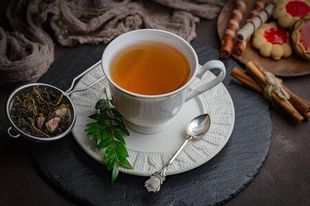 Heißes Getränk des Tees auf altem Hintergrund in der Zusammensetzung auf dem Tisch