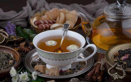 Tee in einer Tasse auf einem alten Hintergrund Standard-Bild