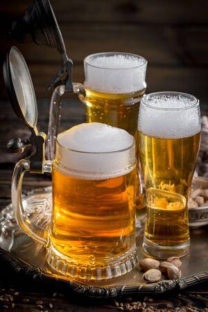 Cerveza light en un vaso sobre una mesa en composición con accesorios sobre un fondo antiguo Foto de archivo