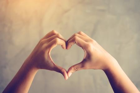심장 모양의 사랑 개념으로 손 스톡 콘텐츠 - 94697125