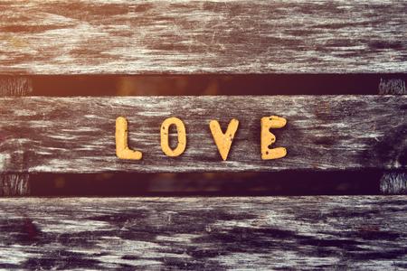 쿠키로 만든 편지 사랑은 나무에있다. 스톡 콘텐츠 - 94850013