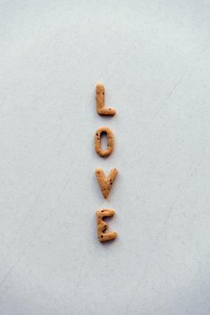 """흰색 배경에 크래커에서 만든 단어 """"사랑"""" 스톡 콘텐츠 - 94652232"""
