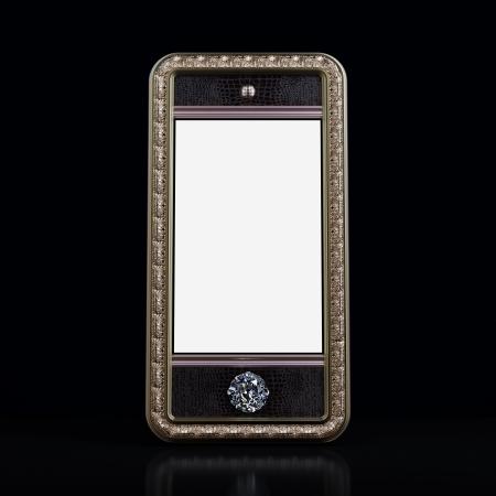 Exclusieve gouden mobiele telefoon met diamanten home-knop voor de VIP met een leeg scherm op zwarte achtergrond Iphone stijl apparaat