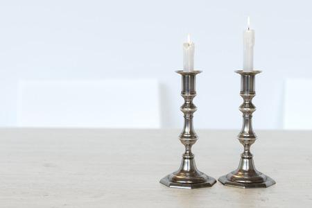 kerze: Retro Kandelaber mit brennenden Kerzen auf dem K�chentisch