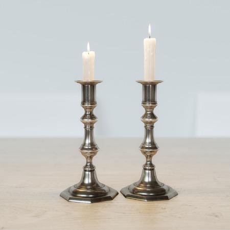 shabat: Retro candelabros con velas encendidas sobre la mesa