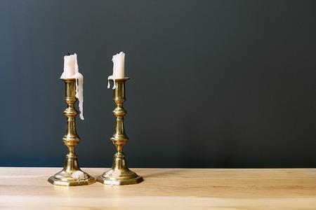 shabat: Retro candelabros con velas en la habitación minimalista Interior