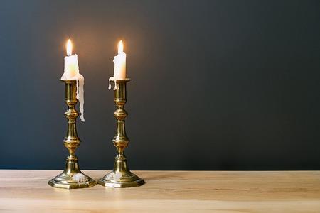 shabat: Retro Candelabro Con velas encendidas en la habitación minimalista