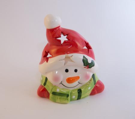 鼻と緑のスカーフの代わりに人参の赤い帽子の雪だるまを笑ってクリスマス グッズ