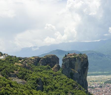 monasteri: vista degli antichi monasteri greci situati in montagna