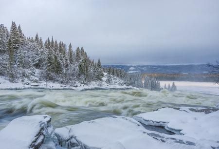 冬のスウェーデンの Tannoforsen 滝 写真素材 - 69979165