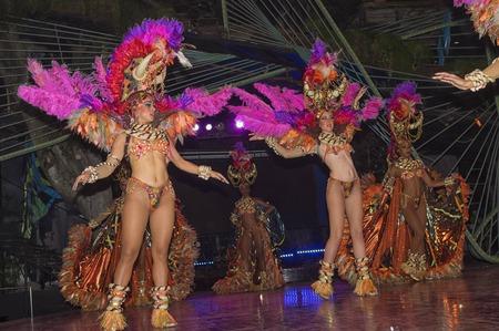 HAVANA, KUBA - 4. JANUAR 2018: Tänzer, die in Tropicana durchführen Editorial