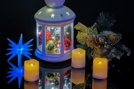 Bonne année avec des bougies de lampe de poche et une branche d'épinette