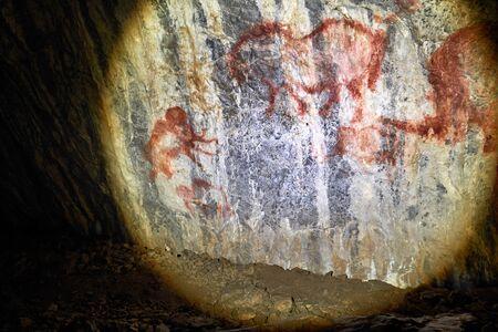Figura w jaskini na Uralu Południowym w Rosji, namalowana przez starożytnego człowieka na ścianie w skale. Epoka kamienia, epoka lodowcowa Zdjęcie Seryjne