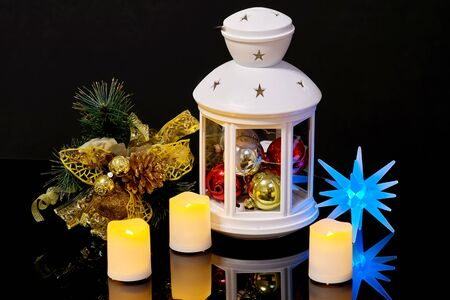 Nature morte de Noël avec des bougies de lampe de poche et une branche d'épinette