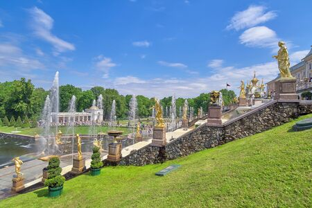 Golden Fountains, Grand Cascade in Perterhof, St. Petersburg Russia. View on a sunny summer day Foto de archivo - 133473476