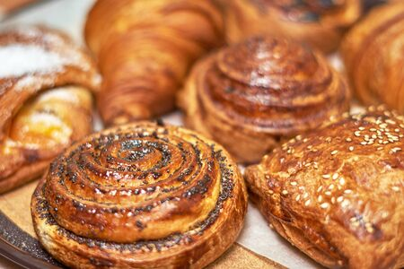 Snippet showcase pastry shop. A variety of fresh pastries. Close-up. Delicious and healthy range of bakery and bakery Stockfoto