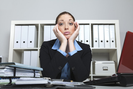 desperate: Businesslady desesperado en su escritorio Foto de archivo