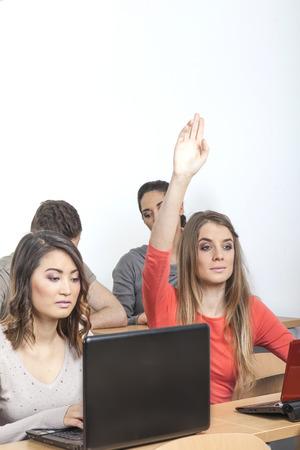 Vrouwelijke nerd legt haar hand