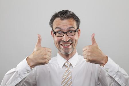 camisa: Hombre sonriente feliz se sostiene pulgares de ambas manos