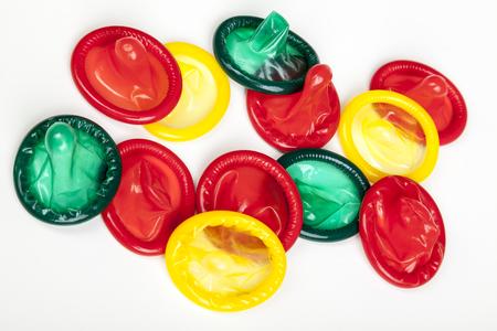 rood groen geel mengsel van smakelijke condooms geïsoleerd op een witte achtergrond Stockfoto