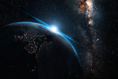 blauwe zonsondergang, weergave van de aarde vanuit de ruimte met Melkweg