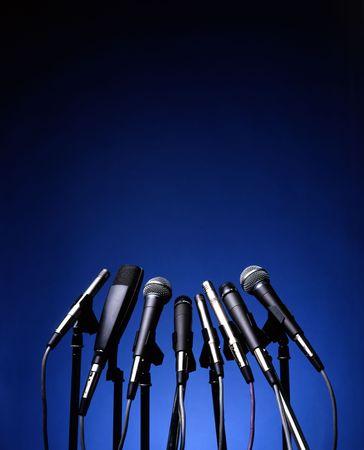 voices: Micr�fonos en fondo azul  Foto de archivo