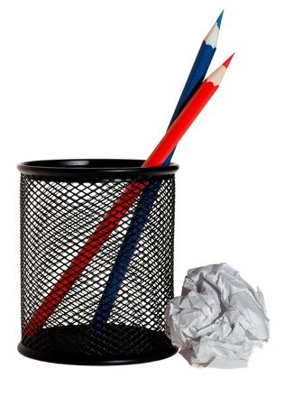 reb: L�pices de color rojo y azul en el soporte y bola de papel Foto de archivo