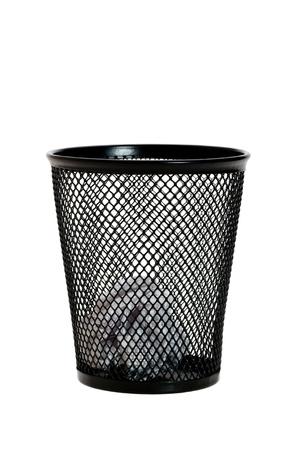 wastepaper basket: Palla di carta nel cestino della carta straccia nera