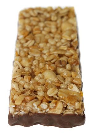 barra de cereal: barra de cereal con chocolate aisladas sobre fondo blanco