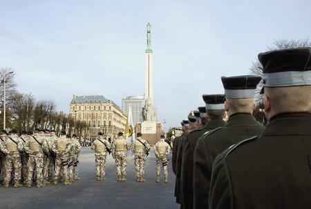 boinas: Desfile de las Fuerzas Armadas Nacionales en el monumento de la libertad en Riga, en d�as de Lachplesis o un D�a de los defensores de la Patria. Foto de archivo