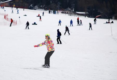 イタリアのアルプスでスノーボードで山スキーの形で若い女の子。 写真素材