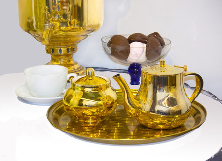 Russian vintage tea set: samovar, teapot, sugar bowl, cup and sweet. Standard-Bild
