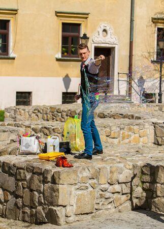 Lublin. Polen 2018 - 14. April. Die Altstadt, Straßenkünstler läuft eine große Seifenblasen.