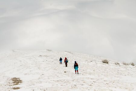 A group of people climbs the path to the top of the hill. Archivio Fotografico - 137593284
