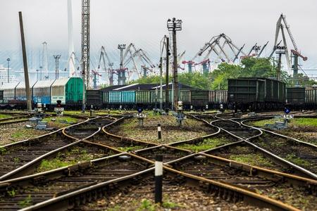 Tory kolejowe i port w tle