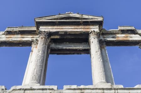hadrian: Arco de Adriano en Atenas, Grecia bajo la luz solar