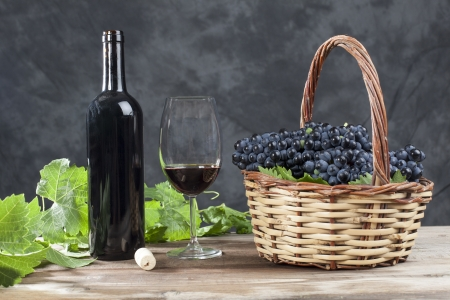 Red wine with grapes in a basket Imagens