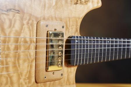boehm flute: Guitarra, color natural de madera con accesorios de oro.