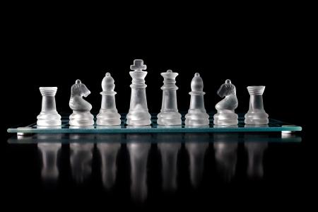 glazen schaakbord met schaakstukken op. Stockfoto