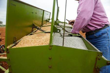 laden zaaimachine met tarwe zaden en kunstmest aan het cultiveren velden