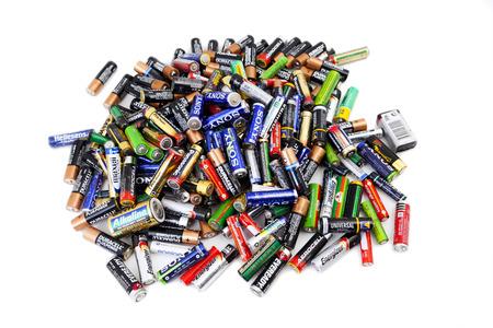 Alexanroupoli, ギリシャ, - 11 月 14 日: 2013 年 11 月 14 日にリサイクルのため準備ができて使用電池の種類、タイプ、AAA、AA、