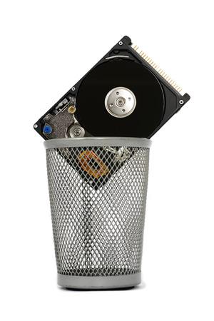 virus informatico: abrir la unidad de disco duro en una cesta aislada.