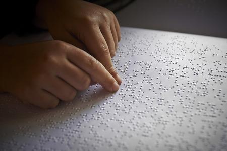 盲児の点字の言語でテキストを読む 写真素材