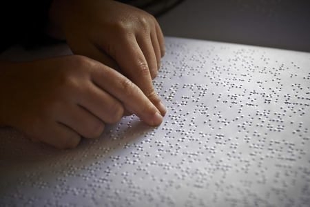 personas discapacitadas: niños ciegos leen el texto en lenguaje braille