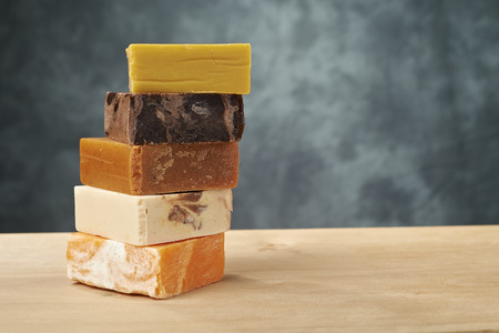 kleurrijke zeep op een houten tafel Stockfoto