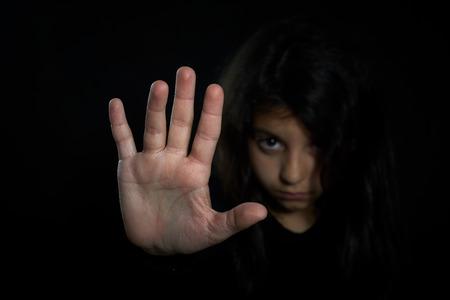 abuso sexual: Ni�os violencia Muchacha con su mano extendida de se�alizaci�n para detener Foto de archivo