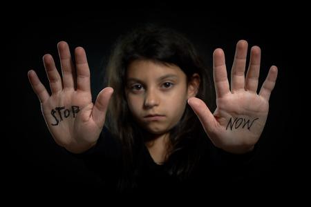 아동 폭력 중지는 이제 확장 된 소녀에 쓰기입니다 스톡 콘텐츠