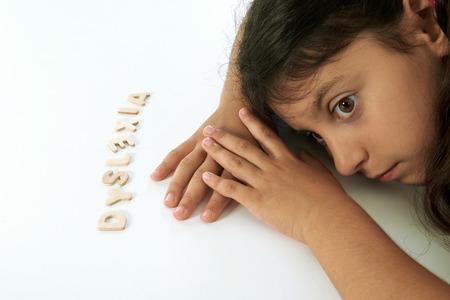 niños discapacitados: chica disléxico piensa que es tonto. Foto de archivo